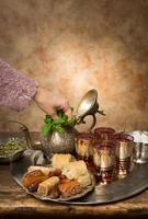 Hinzufügen von Minze zu marokkanischem Tee foto