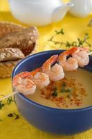 Suppe mit Linsen und Garnelen. foto