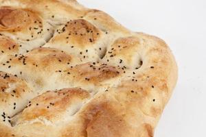 türkische Ramadan Brot Pide - Ramazan Pidesi isoliert weißen Hintergrund foto