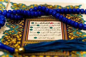 Blätter ganzer Koran mit den Namen Allahs foto