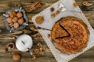 Stück Apfelkuchen mit Walnuss- und Zuckerglasur foto