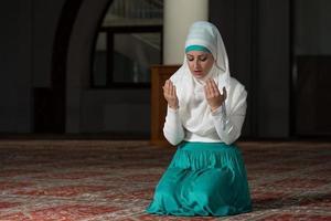 bescheidene muslimische Gebetsfrau