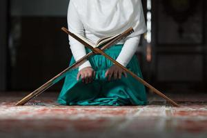 Nahaufnahme muslimische Frau liest den Koran