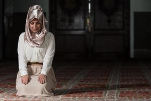 junge muslimische Frau, die betet