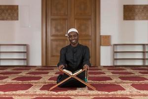 Porträt des jungen muslimischen Mannes lächelnd