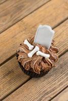 Halloween Cupcake mit Grabstein Cake Topper Nahaufnahme foto