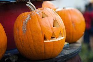 Halloween Kürbis auf dem Tisch foto