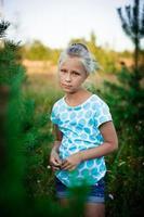 schönes kleines Mädchen auf einer Wiese