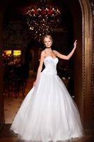 Braut blonde Frau im weißen Hochzeitskleid foto