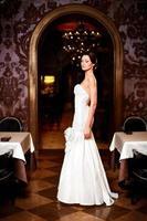 Braut Brünette Frau im weißen Hochzeitskleid foto