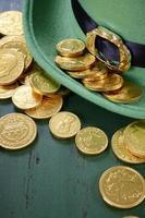 Happy St Patricks Day Koboldhut mit goldenen Schokoladenmünzen foto