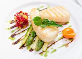 leicht gegrillter Fisch mit Salat und Spargel foto