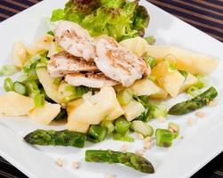 Gegrillte Hähnchenbrust mit Pinienkernen und Sesam