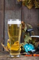 Oktoberfest mit Angelgeräten und Glas Bier foto