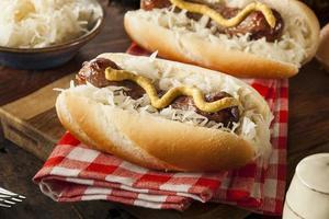 hausgemachte Bratwurst mit Sauerkraut