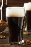 erfrischendes dunkles dickes Bier foto