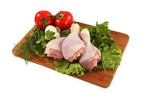 rohe Hähnchenschenkel mit Gemüse foto