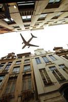 Flugzeug über der Stadt Brüssel Tilt-Shift