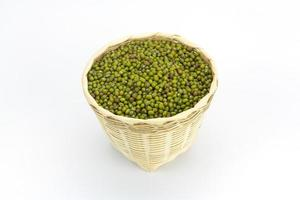 grüne Bohne oder Mungbohne im Bambuskorb isoliert foto