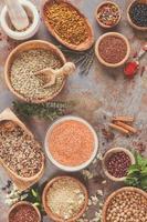 Auswahl an Hülsenfrüchten, Getreide und Samen foto