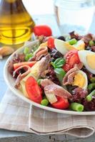 mediterraner Salat mit Sardellen und Oliven foto