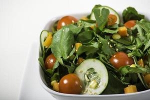 Salat in weißer Schüssel foto