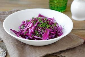 hausgemachter Salat mit Kohl in einer Schüssel foto
