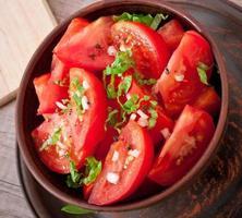 Tomatensalat mit Basilikum, schwarzem Pfeffer und Knoblauch foto