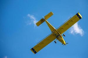 gelbes Flugzeug mit Wolken