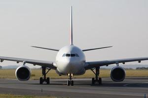 weißes Flugzeug nach der Landung foto
