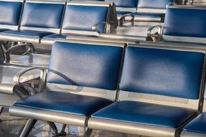 Flughafenstühle für das Warten auf den Flug, geschlossener Schuss foto