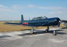 blaues akrobatisches Flugzeug mit rotem Stern foto