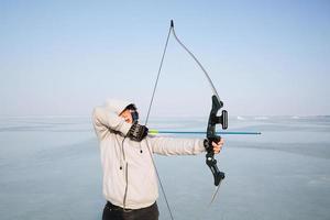 Junge schießt einen Bogen foto