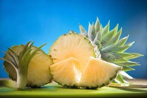 Ananas in Scheiben geschnitten auf blauem Schwarzgrund foto