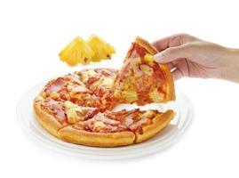 Pizza auf dem Teller und Ananasscheibe foto