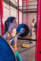 Langhantel Gewichtheben Gruppe Gewichtheben im Fitnessstudio foto