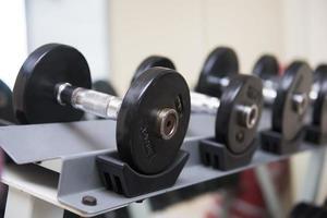 Hanteln zum Gewichtheben im Fitnessraum foto