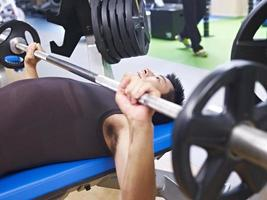 Gewichtheben im Fitnessstudio foto