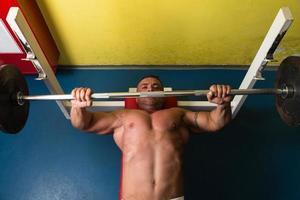 Gewichtheber beim Bankdrücken
