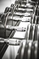 Gewichte in einem Fitnessstudio foto
