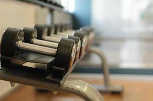 Hanteln auf einem Gestell in einem Fitnessstudio foto