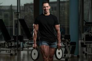 gesunder junger Mann, der im Gesundheitsclub ruht foto