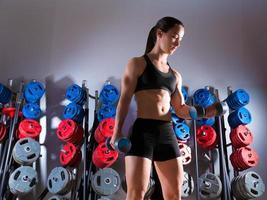 Hantel Frau Workout Fitness im Fitnessstudio foto