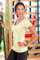 hübsche junge Frau, die im Fitnessstudio übt
