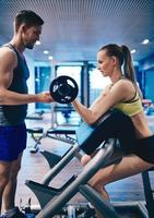 Trainer hilft Frau