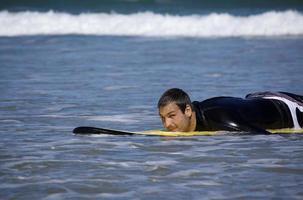 fauler müder Surfer im Wasser foto