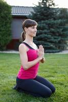 junge brünette sportliche Frau, die Yoga praktiziert foto
