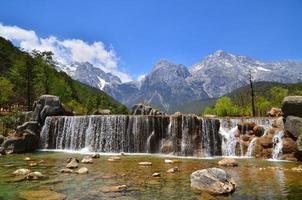 Gebirgstal und Wasserfalllandschaft foto