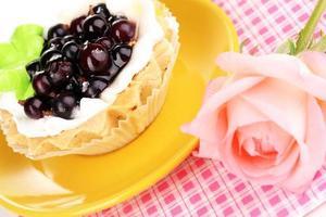 süßer Kuchen mit Tasse Tee Nahaufnahme