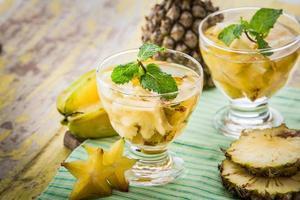 aufgegossene Wassermischung aus Sternfrucht und Ananas foto